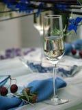 Het glas van het kristal op een eettafel stock afbeelding
