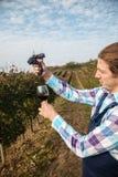 Het Glas van landbouwerswringing grape into Stock Foto's