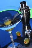 Het glas van martini en groene olijven Stock Foto
