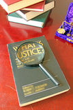 Het Glas van rechtvaardigheidsbook and magnifying royalty-vrije stock afbeeldingen