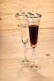 Het glas wijn en het lege glas wodeen achtergrond Stock Foto's