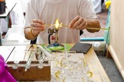 Het glas wordt gevormd door hete brand. Royalty-vrije Stock Afbeelding