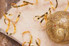 Het glasbal van de kerstboomdecoratie op een lichte gebreide sjaal - Kerstmis en Nieuwe Year& x27; s concept Royalty-vrije Stock Foto