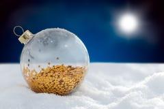 Het glasbal van de Kerstmisdecoratie bij sneeuwnacht Stock Foto's