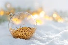 Het glasbal van de Kerstmisdecoratie bij sneeuwzonsopgang Royalty-vrije Stock Afbeelding