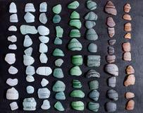 Het glasstukken van flessenhalzen door het overzees worden opgepoetst die Royalty-vrije Stock Foto's