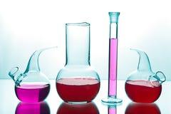 Het glaswerk van het laboratorium met chemische producten Stock Afbeeldingen