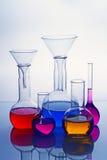 Het glaswerk van het laboratorium met kleurrijke oplossing Stock Afbeelding