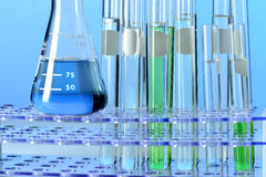 Het glaswerk van het laboratorium met vloeistoffen Royalty-vrije Stock Foto