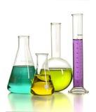 Het glaswerk van het laboratorium met vloeistoffen Stock Afbeeldingen