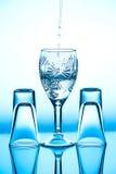 Het glaswijnglas dat het zich op de achtergrond heeft bevonden Stock Afbeelding