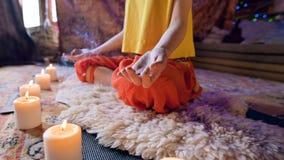 Het glijden camerabeweging Close-up van het lichaam van de handen en de voeten van een meisje in de lotusbloempositie De geesteli stock video