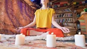 Het glijden camerabeweging Close-up van het lichaam van de handen en de voeten van een meisje in de lotusbloempositie De geesteli stock videobeelden