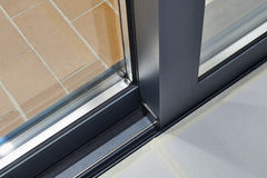 Het glijden het detail en het spoor van de glasdeur stock afbeeldingen