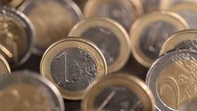Het glijden over bevindende euro muntstukken stock videobeelden