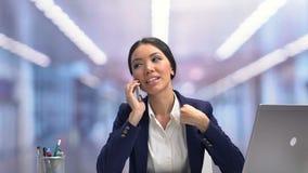 Het glimlachen het aantrekkelijke businesslady babbelen op telefoon tijdens onderbreking, ontspanning stock video
