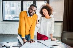 het glimlachen het Afrikaanse Amerikaanse zakenlui kijken royalty-vrije stock foto's