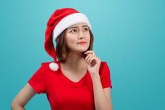 Het glimlachen Aziatisch vrouwenportret met de hoed die van Kerstmissanta I denken Stock Fotografie