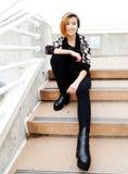 Het glimlachen Aziatische Amerikaanse Vrouwenzitting op Stappen Stock Foto's