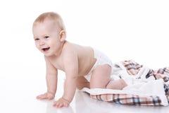 Het glimlachen baby het spelen op plaid Stock Afbeeldingen