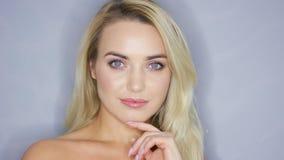 Het glimlachen blondemodel in studio stock video
