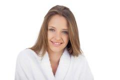 Het glimlachen brunette in badjas die camera bekijken Royalty-vrije Stock Afbeelding