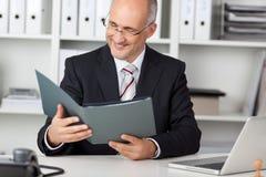 Het glimlachen businessmann het bekijken cv royalty-vrije stock foto's