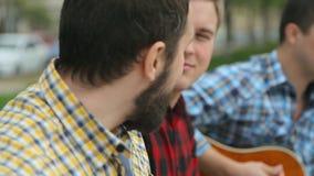 Het glimlachen buskers presteren in het park stock videobeelden