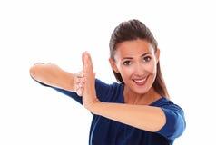 Het glimlachen dame het gesturing slaan in overwinning Stock Foto's