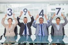 Het glimlachen de holdingstekens die van het gesprekspaneel rang geven aan hun appl Royalty-vrije Stock Foto