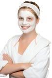 Het glimlachen de jonge wachtende schoonheid van het meisjes gezichtsmasker Stock Fotografie