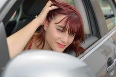 Het glimlachen de Zitting van de Vrouw in Auto Royalty-vrije Stock Fotografie