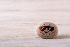 Het glimlachen emoticon met zonnebril stock afbeeldingen