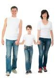 Het glimlachen familie lopen geïsoleerd op wit Stock Afbeeldingen
