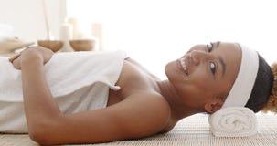 Het glimlachen Female Enjoying Spa Therapie stock footage