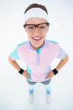 Het glimlachen geeky hipster die camerahanden bekijken op heupen stock fotografie