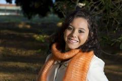 Het glimlachen gelukkige vrouwelijke modelbuitenkant Stock Foto's