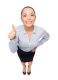 Het glimlachen het Aziatische onderneemster omhoog beduimelt tonen royalty-vrije stock foto