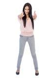 Het glimlachen het brunette doet omhoog duimen bij camera Royalty-vrije Stock Foto