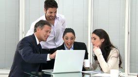 Het glimlachen het commerciële team werken stock video