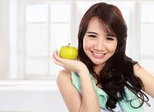 Het glimlachen het gelukkige Aziatische model van de vrouwengeschiktheid Royalty-vrije Stock Fotografie