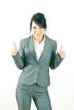 Het glimlachen het jonge bedrijfsvrouw omhoog beduimelt geven Stock Foto's