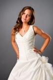 het glimlachen het jonge bruid stellen in studio Stock Foto