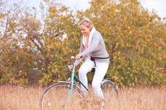 Het glimlachen het jonge vrouw cirkelen Royalty-vrije Stock Foto's