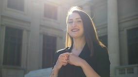 Het glimlachen het jonge vrouw hoofd schudden en het tonen van een nonverbal uitdrukkings bewegende wijsvinger stock video