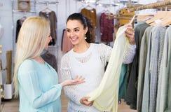 Het glimlachen het jonge vrouwen winkelen Stock Foto's