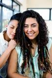 Het glimlachen het lesbische paar ontspannen op bank Royalty-vrije Stock Fotografie