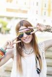 Het glimlachen het mooie vrouw stellen bij camera, hippiestijl royalty-vrije stock fotografie