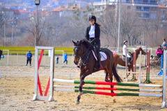Het glimlachen het paard van het paardrijdenmeisje het springen stock foto's