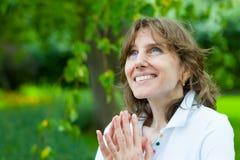 Het glimlachen het portret van de middenleeftijdsvrouw Stock Foto